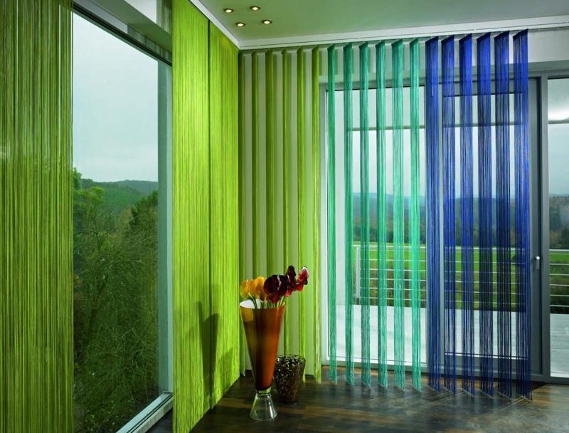 Вертикальные жалюзи, заменяющие традиционные шторы, устанавливают над оконным проемом